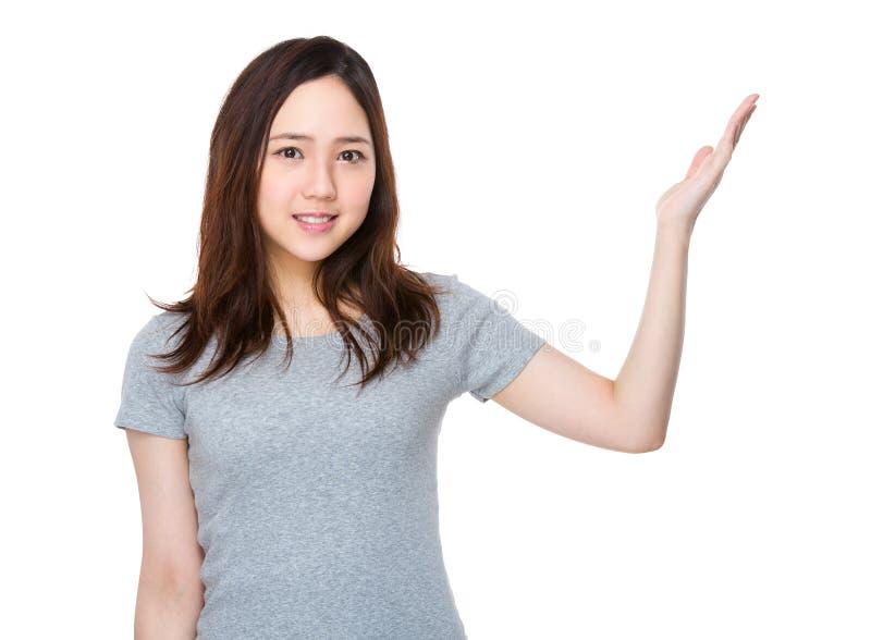 Download Donna Asiatica Con La Mano Che Mostra Un Segno In Bianco Immagine Stock - Immagine di formazione, signora: 55356549