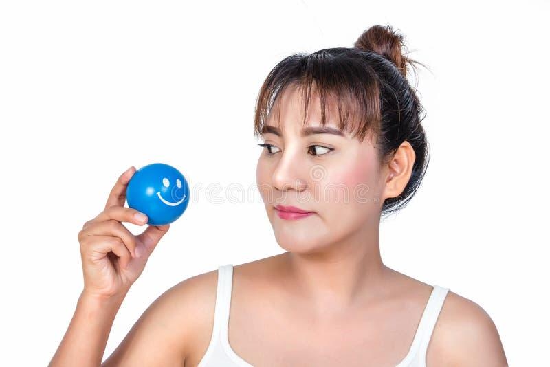 Donna asiatica con la palla sorridente di sforzo del fronte fotografia stock libera da diritti