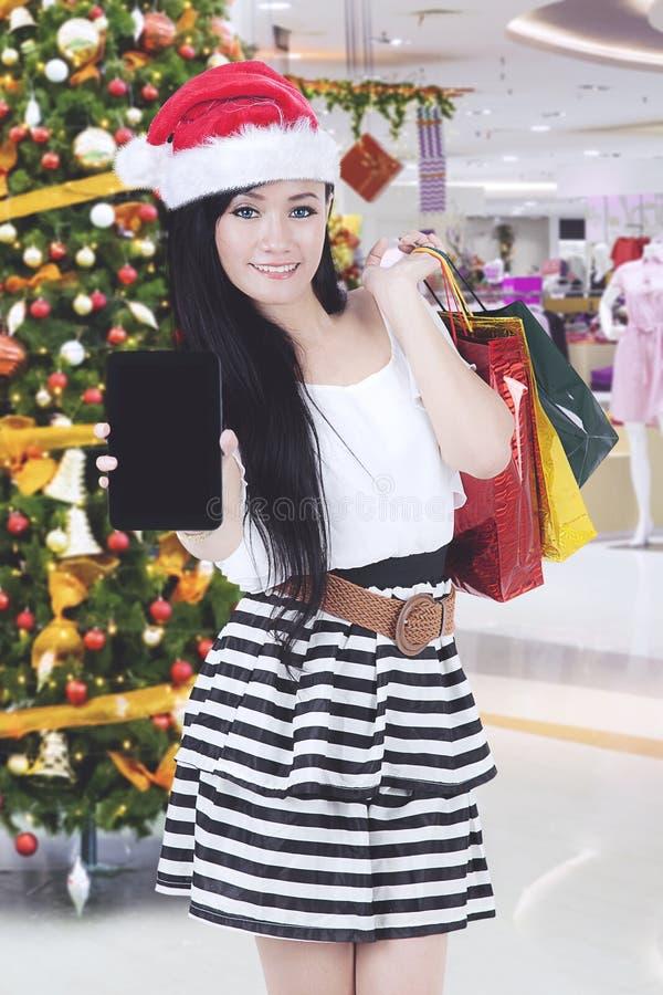 Donna asiatica con lo smartphone ed il regalo di Natale fotografie stock libere da diritti