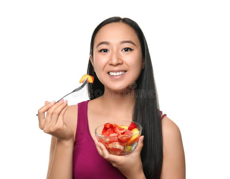 Donna asiatica con macedonia sana su fondo bianco immagini stock