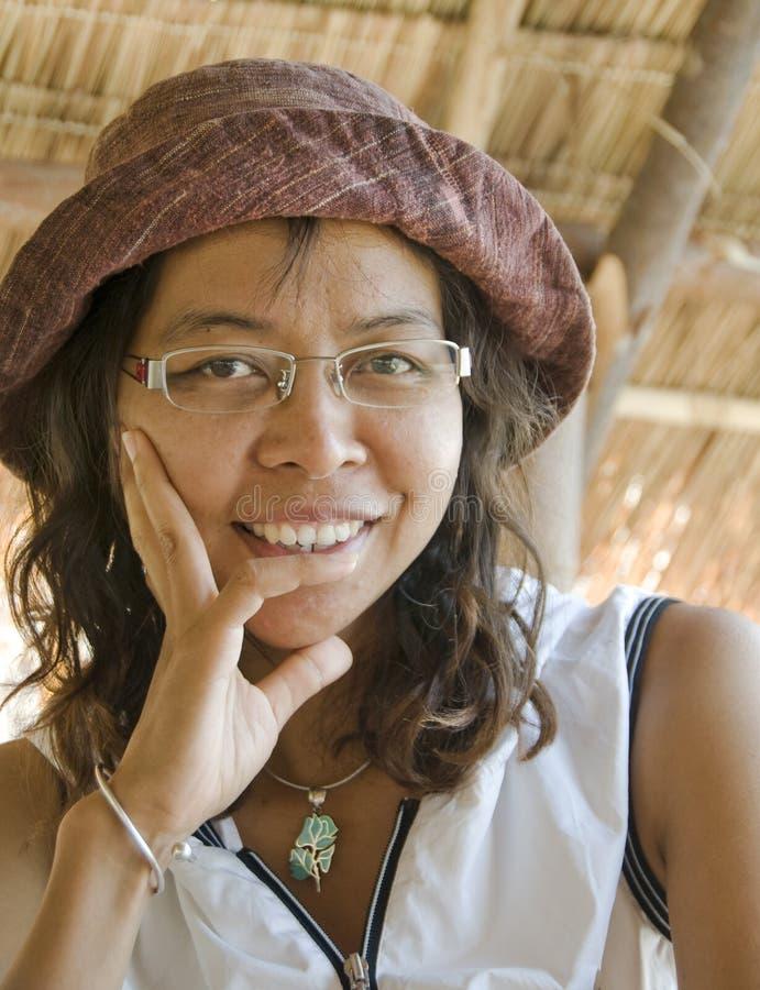 Donna asiatica con un cappello sopra fotografie stock