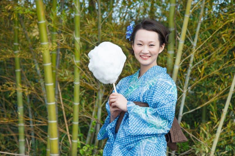 Donna asiatica del kimono con il boschetto di bambù immagini stock