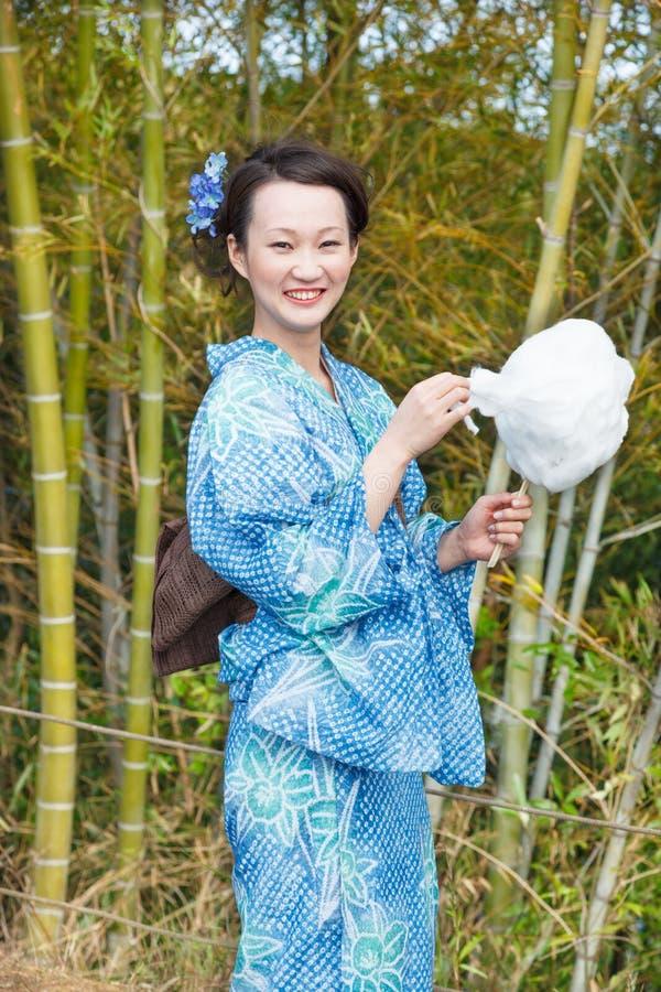 Donna asiatica del kimono con il boschetto di bambù fotografia stock libera da diritti
