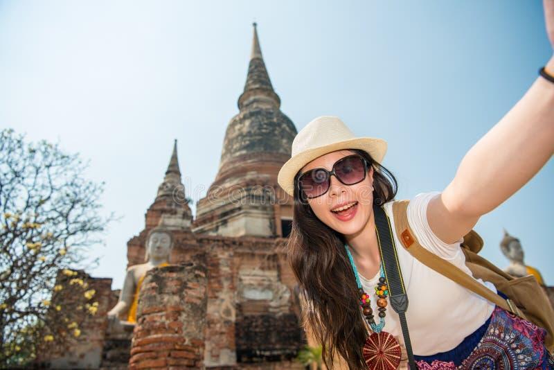 Donna asiatica del selfie di viaggio nel villaggio di Ayutthaya fotografie stock