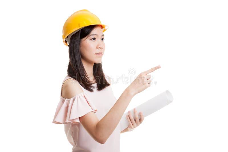 Donna asiatica dell'ingegnere che indica con i modelli fotografia stock
