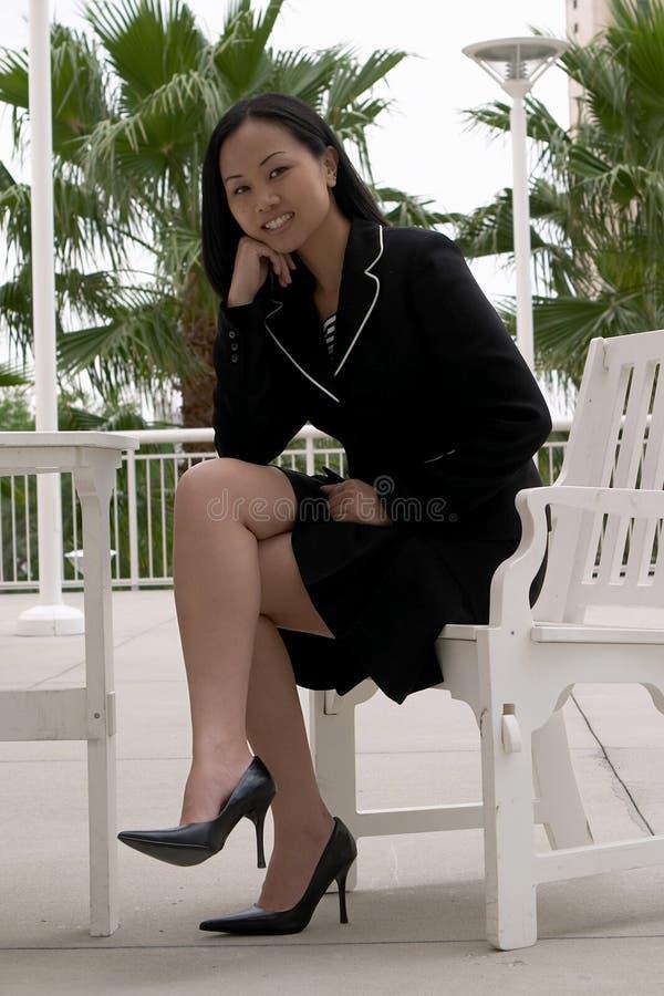 Donna asiatica di affari al caffè esterno immagine stock