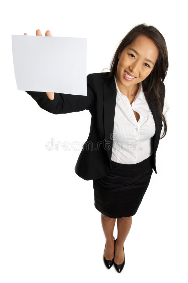 Donna asiatica di affari che mostra carta in bianco immagini stock libere da diritti