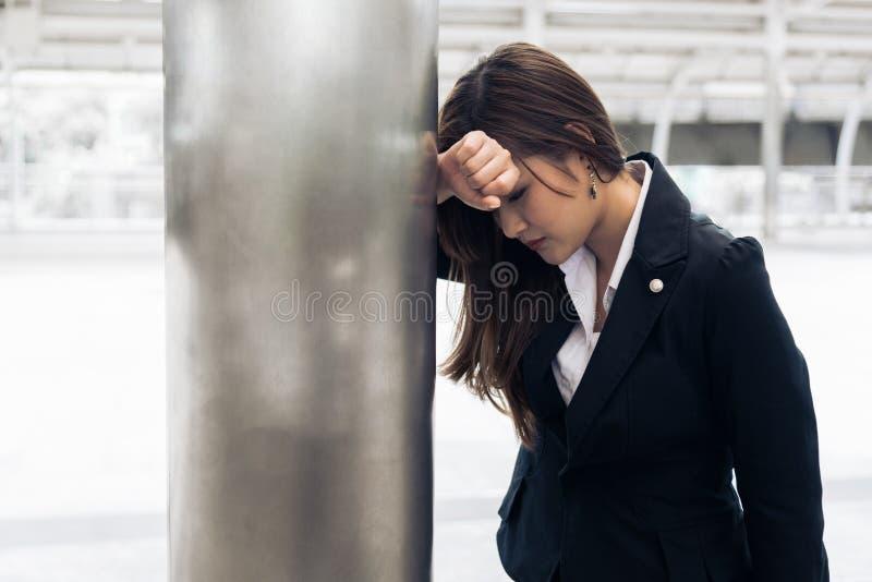 Donna asiatica di affari stanca da sovraccarico e dall'essere attac del cuore fotografia stock
