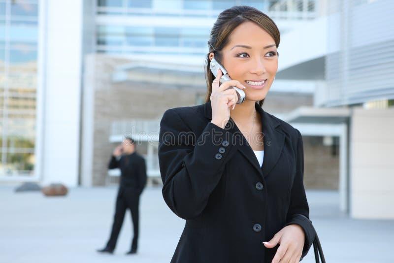 Donna asiatica di affari sul telefono fotografie stock libere da diritti