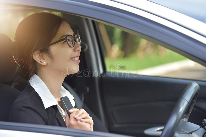 Donna asiatica di affari in vetri che tengono Smart Phone fotografia stock libera da diritti