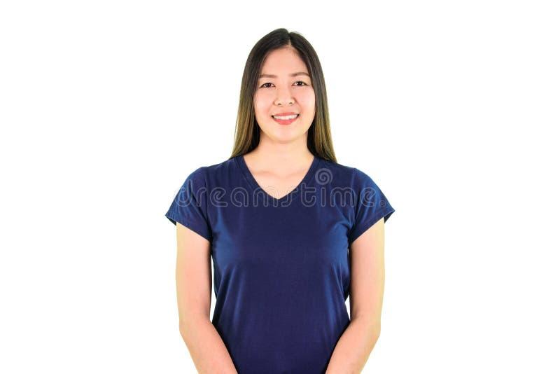 Donna asiatica di Yound che sorride e che esamina la macchina fotografica immagine stock libera da diritti