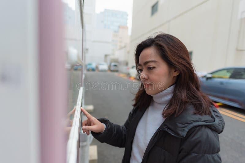 Donna asiatica felice fotografie stock