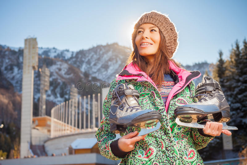 Donna asiatica felice che va al pattinaggio su ghiaccio all'aperto fotografia stock