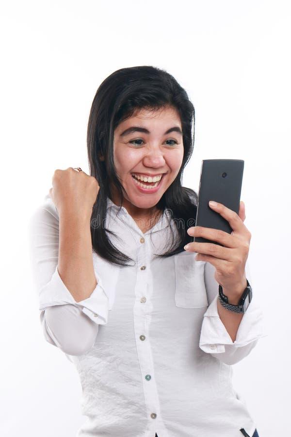 Donna asiatica felice con il suo Smart Phone fotografia stock