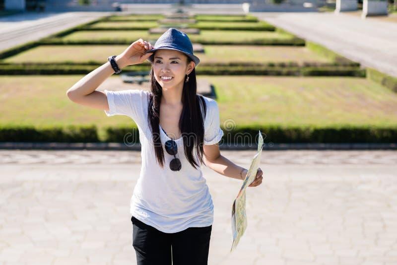 Donna asiatica felice durante le vacanze estive fotografie stock libere da diritti