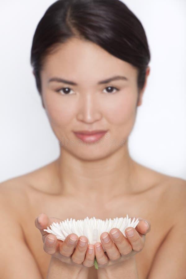Donna asiatica giapponese e crisantemo bianco immagine stock libera da diritti
