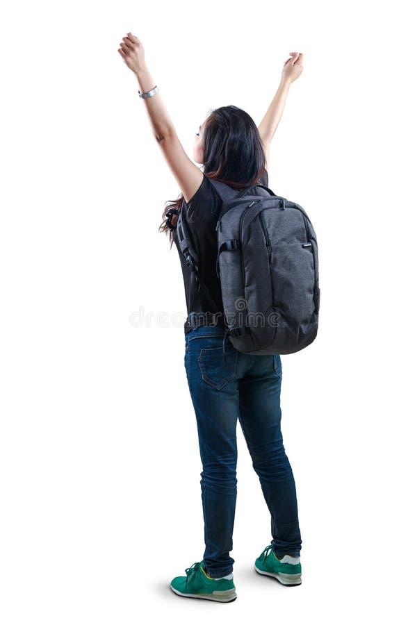 Donna asiatica giovane di rilassamento che sta con le mani aperte ed il Th vicino fotografia stock libera da diritti