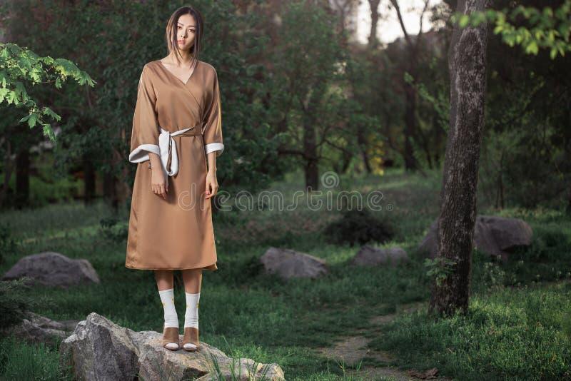 Donna asiatica in kimono giapponese tradizionale all'aperto immagine stock libera da diritti