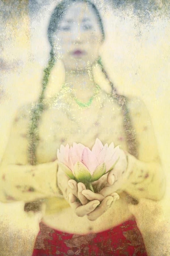 Donna asiatica Lotus Flower Offering di yoga fotografia stock libera da diritti