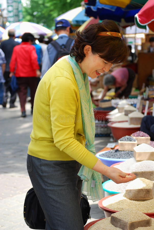 Donna asiatica nel mercato di grano fotografia stock