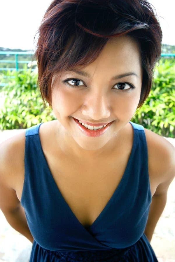 Donna asiatica nella parte superiore summery casuale immagini stock