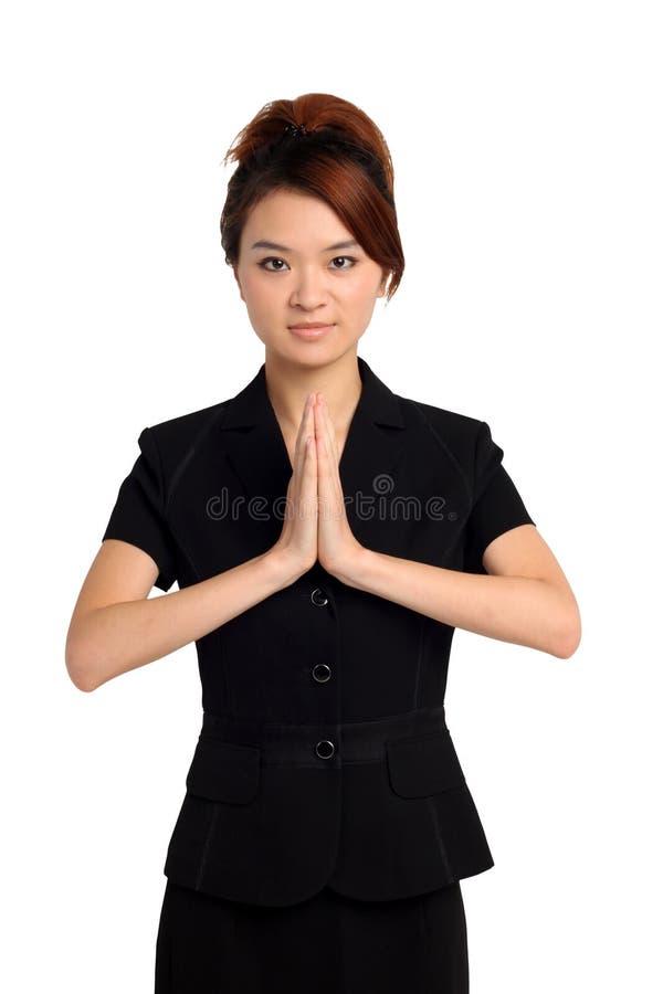 Donna asiatica nella posa benvenuta fotografie stock libere da diritti