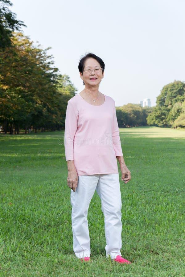 Donna asiatica nella sosta fotografia stock