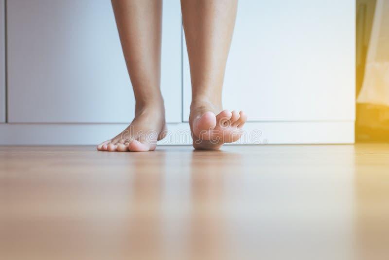 Donna asiatica scalza pulita e pelle del solf sul pavimento di legno fotografia stock libera da diritti