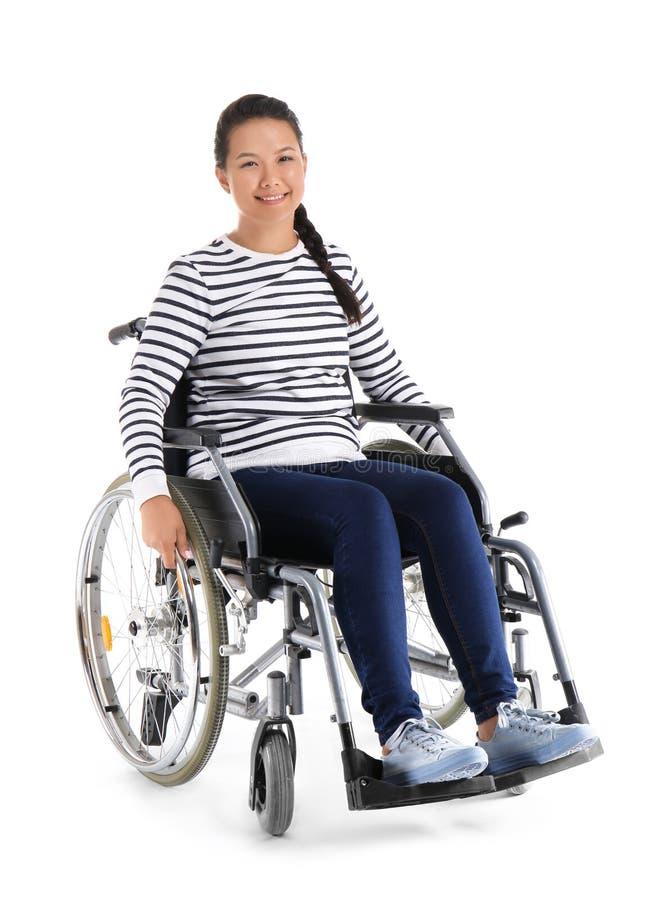 Donna asiatica in sedia a rotelle su fondo bianco immagine stock libera da diritti