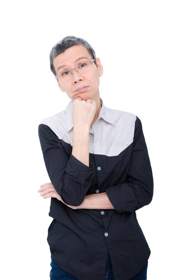 Donna asiatica senior che pensa sopra il bianco fotografia stock libera da diritti