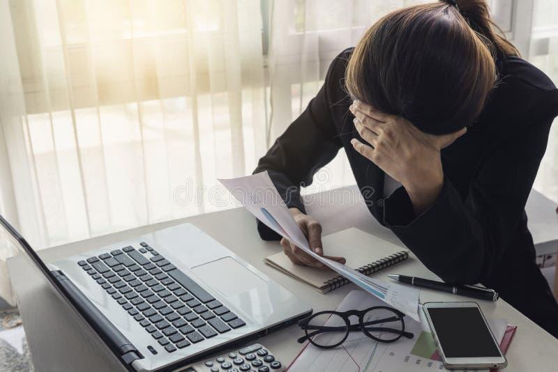 Donna asiatica sollecitata e frustrata di affari immagini stock