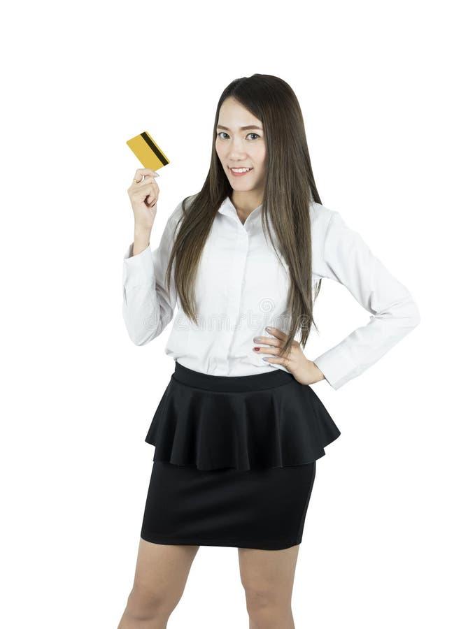 Donna asiatica sorridente di affari che mostra la carta di credito in camicia bianca immagine stock libera da diritti