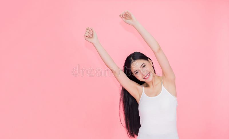 Donna asiatica sorridente felice e allegra 20s che solleva le mani su per la sensibilità positiva e la celebrazione isolate sopra fotografia stock libera da diritti