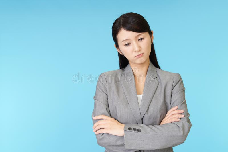 Donna asiatica stanca di affari immagini stock libere da diritti