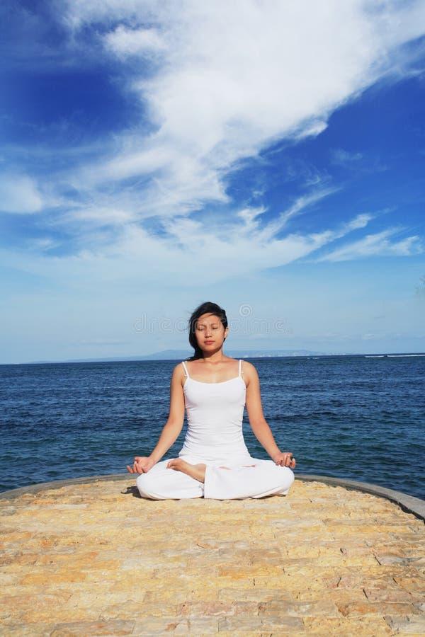 Donna asiatica sveglia che Meditating fotografia stock libera da diritti