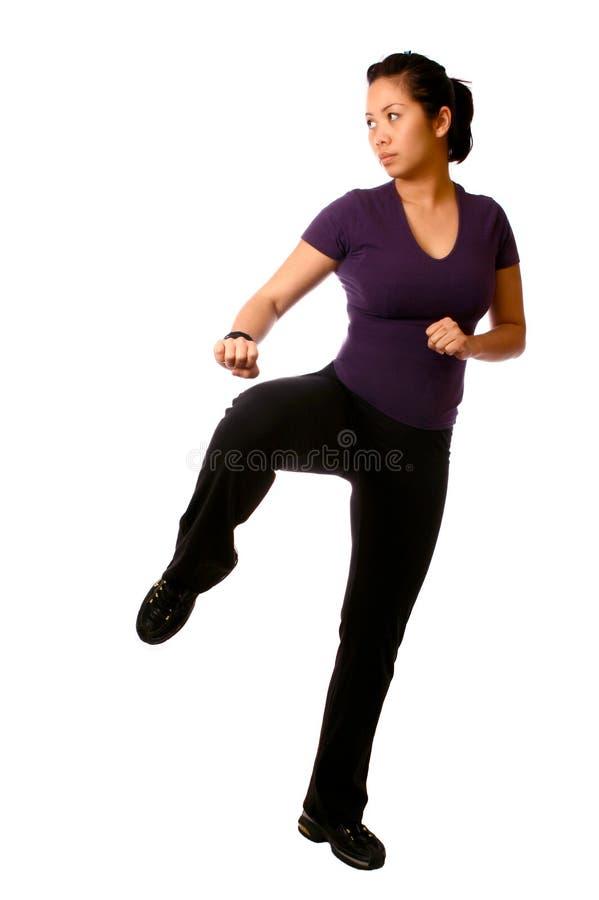 Donna asiatica in una posizione di combattimento immagine stock