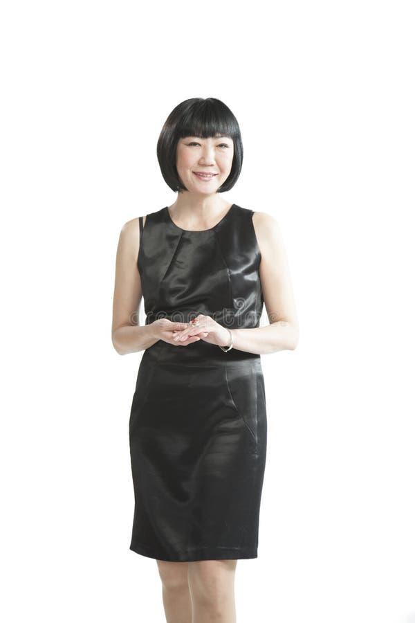 Donna asiatica in vestito nero fotografia stock