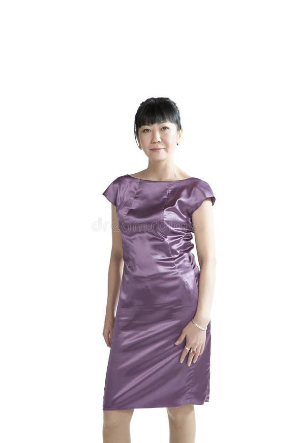 Donna asiatica in vestito porpora fotografia stock