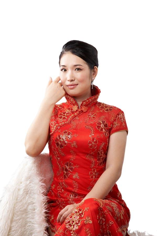 Donna asiatica in vestito rosso immagini stock