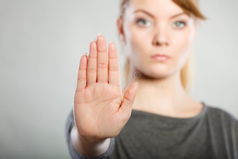 Donna assertiva che fa gesto di arresto immagini stock libere da diritti