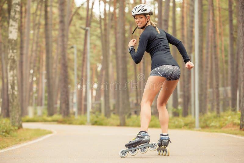 Donna atletica che pattina e che sorride fotografia stock libera da diritti