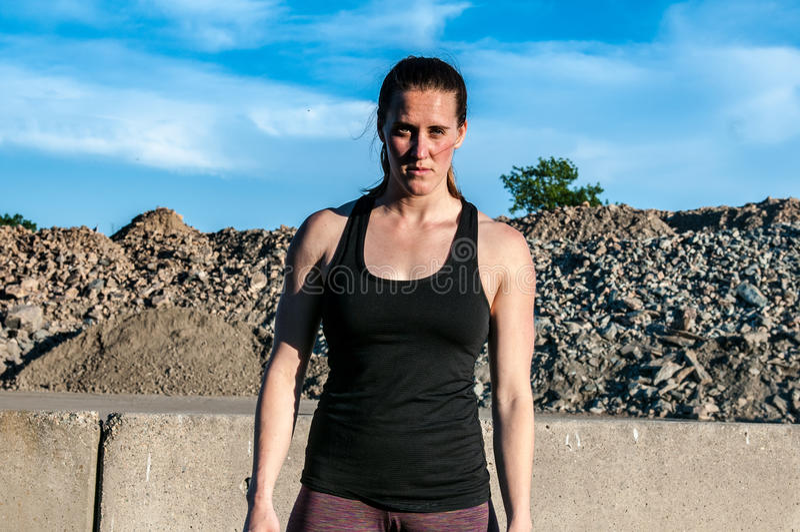 Donna atletica che sembra feroce in cava fotografia stock libera da diritti