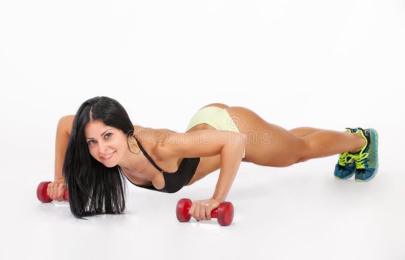 Donna atletica con capelli lunghi che risolve con le teste di legno immagine stock libera da diritti