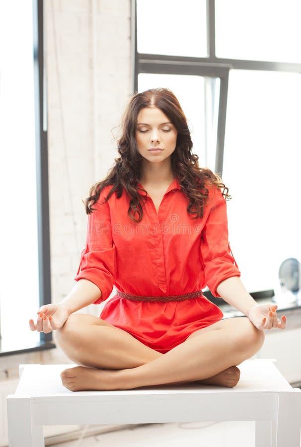 Donna attraente calma nella posa del loto immagini stock