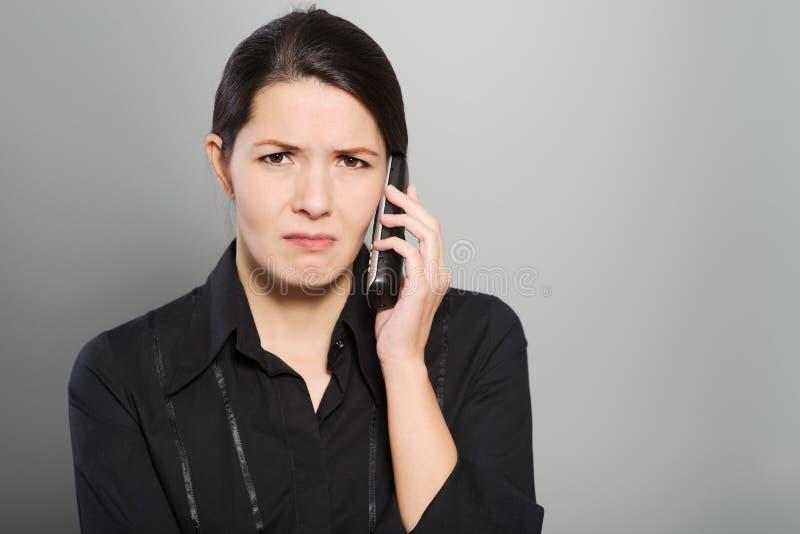 Donna attraente che ascolta una conversazione fotografia stock