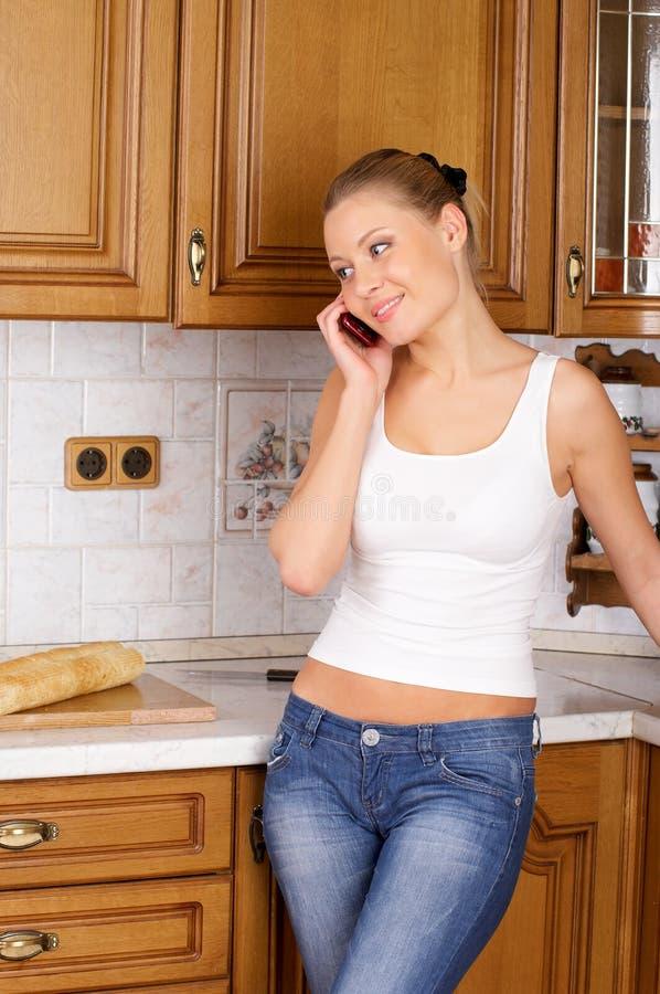 Donna attraente che comunica dal telefono fotografia stock libera da diritti