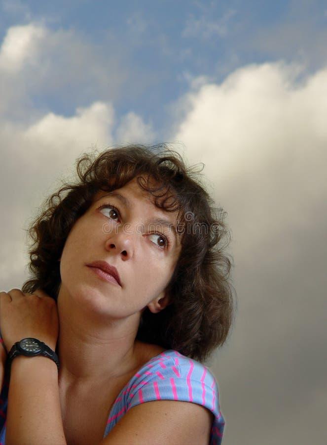 Donna attraente che daydreaming fotografia stock