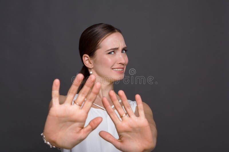 Donna attraente che dice i ringraziamenti ma nessun fotografie stock libere da diritti