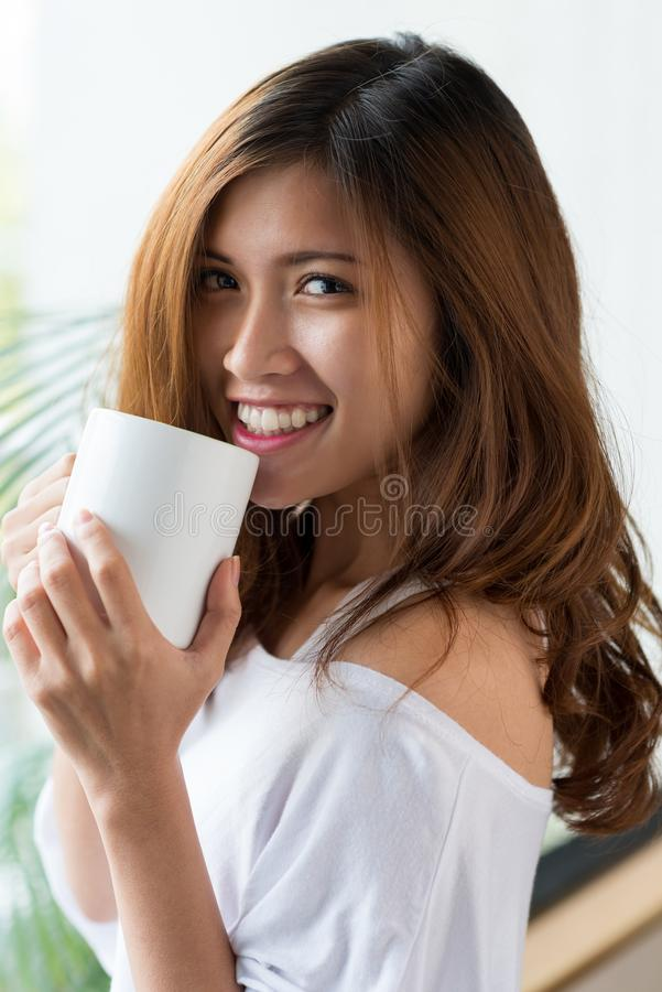 Donna attraente che gode del caffè fragrante immagine stock