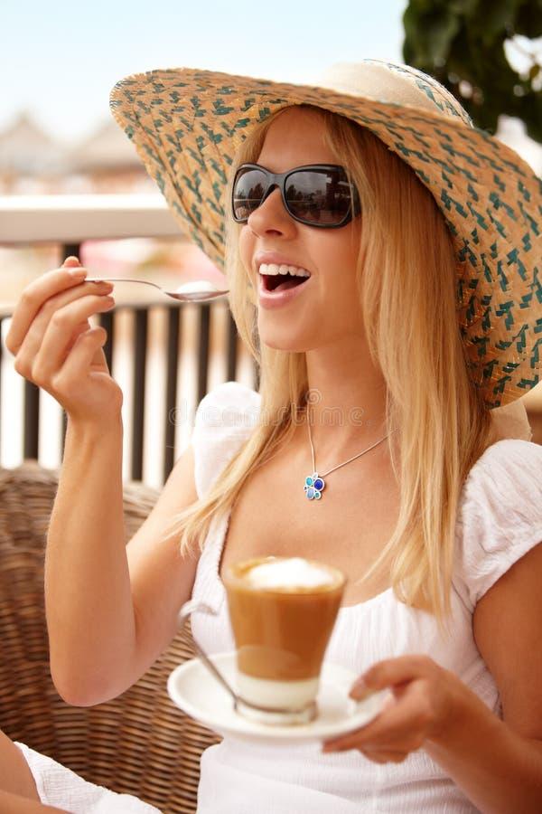 Donna attraente che gode del caffè su una vacanza immagini stock